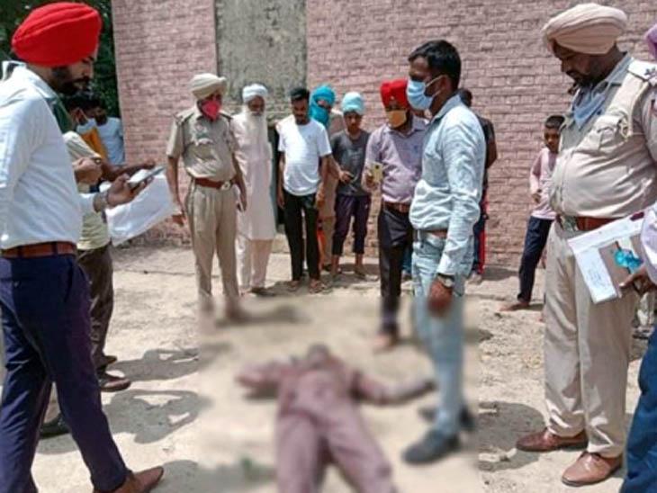 बठिंडा जिले के गांव घसोखाना में वाटर वर्क्स की टंकी के पास मिली डेड बॉडी का मुआयना करती पुलिस और आसपास मौजूद लोग। - Dainik Bhaskar