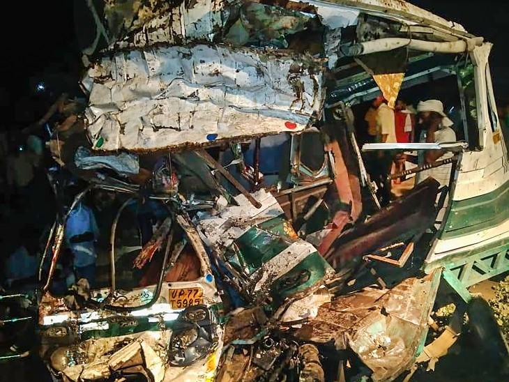 हादसे में टैम्पो पूरी तरह से क्षतिग्रस्त हो गया। इसमें 8 लोगों की जगह 18 लोगों को बैठाया था।