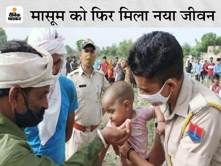 1 साल की बच्ची राधिका की जान भी बच गई। रेस्क्यू टीम उसे कुएं से बाहर निकालकर लाई तो ग्रामीण उसे दुलारने लगे। पुलिस ने गोद में उठा लिया। - Dainik Bhaskar