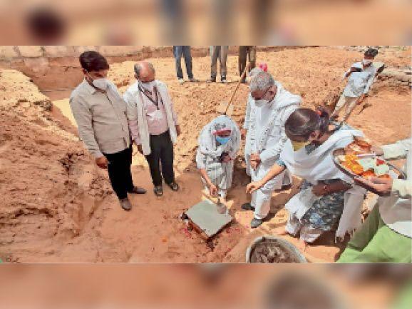 झुंझुनूं. बीडीके हॉस्पिटल में भूमि पूजन करते विधायक। - Dainik Bhaskar