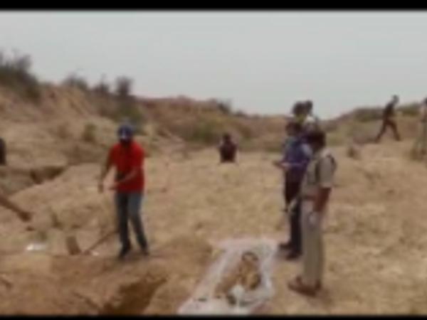 भांजी के शव को कब्र से बाहर निकलवाती पुलिस।
