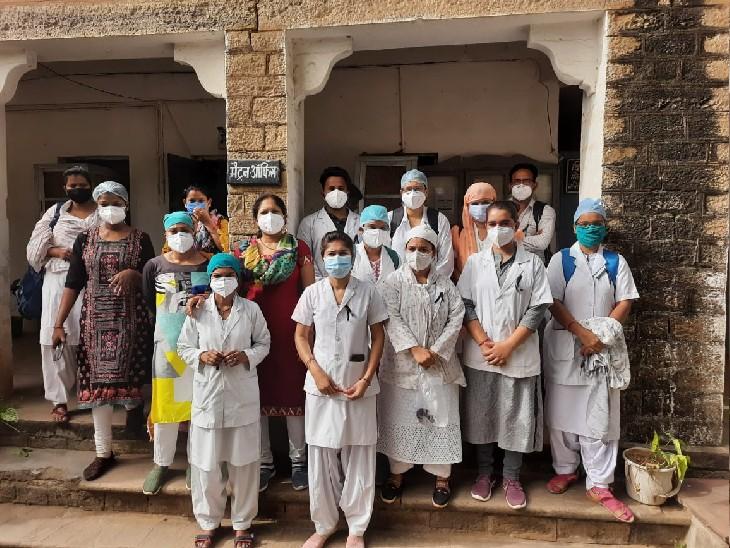 नर्सिंग स्टाफ ने काली पट्टी बांधकर किया प्रदर्शन, मांगे नहीं मानी तो अनिश्चितकालीन हड़ताल, लड़खड़ा जाएंगी स्वास्थ्य सेवाएं ग्वालियर,Gwalior - Dainik Bhaskar