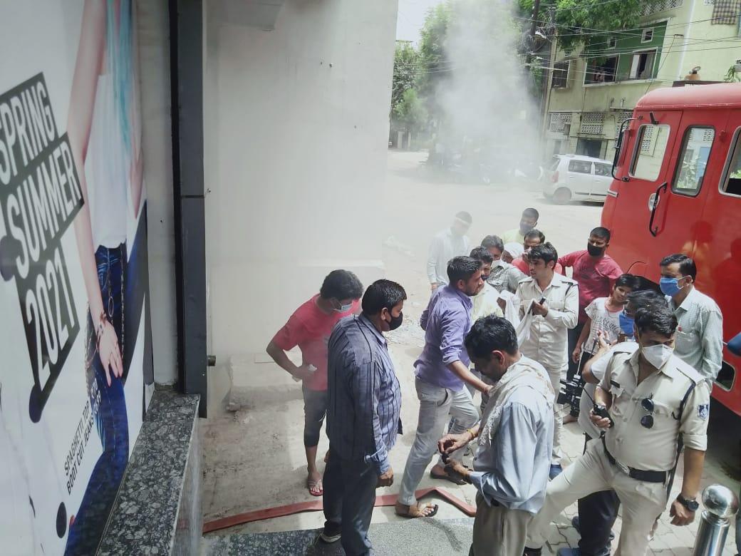 बेसमेंट में अचानक लगी आग, धुंआ भरते ही बजा सायरन, सामान छोड़कर सड़कों पर भागे लोग ग्वालियर,Gwalior - Dainik Bhaskar