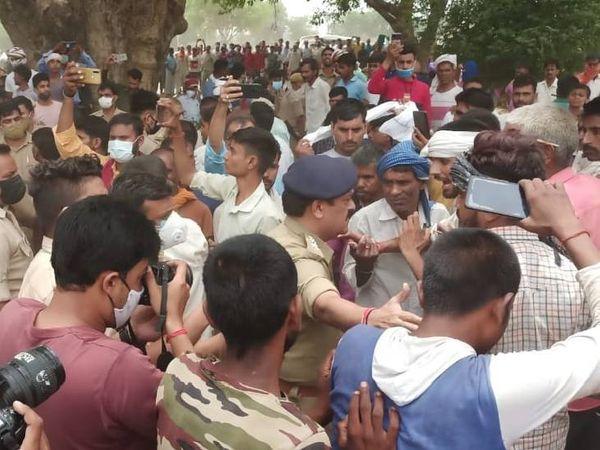 पुलिस अफसरों से ग्रामीणों की धक्का-मुक्की भी हुई। ग्रामीण ठेकेदार पर केस दर्ज कराने की मांग पर अड़े हैं।