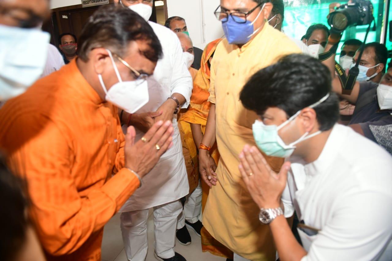 रातोरात बीजेपी वर्किंग कमेटी की सूची जारी होने के बाद बवाल मचा। भोपाल में अगले दिन सुबह एक-दूसरे से ऐसे मिले BJP प्रदेशाध्यक्ष वीडी शर्मा और ज्योतिरादित्य सिंधिया।