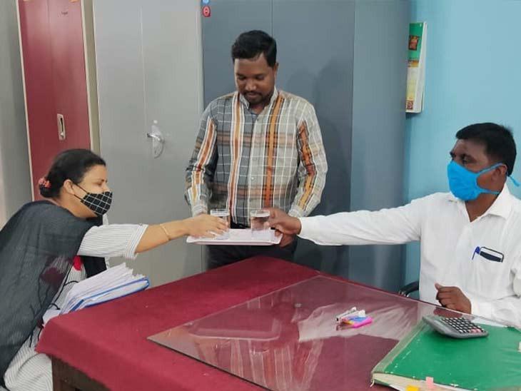 पीजी तक की पढ़ाई करने के बाद भी बिरसा मुंडा के परपोते कानू मुंडा सरकारी कार्यालय में लोगों को पानी पिलाने के लिए मजबूर हैं।