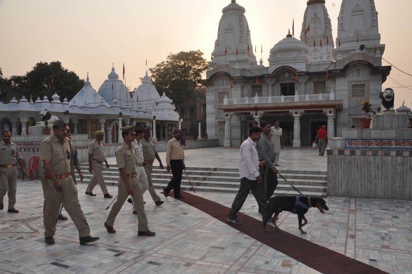 मंदिर की सुरक्षा व्यवस्था को मजबूत करने के लिए लगातार पुलिस-प्रशासन की टीमें काम कर रहीं हैं। - Dainik Bhaskar