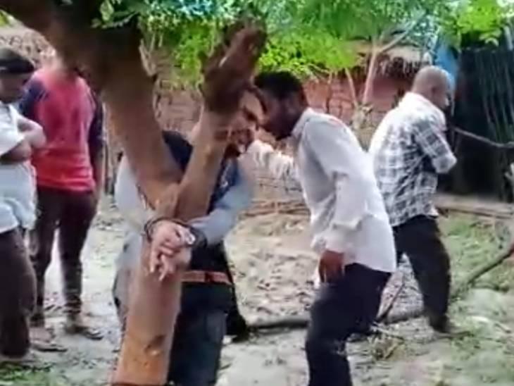 पेड़ से बांधकर युवक को डंडों से पीटा, आरोप लगाते हुए फोन भी छीना, पीटने वालों मेंं महिला भी शामिल गोरखपुर,Gorakhpur - Dainik Bhaskar
