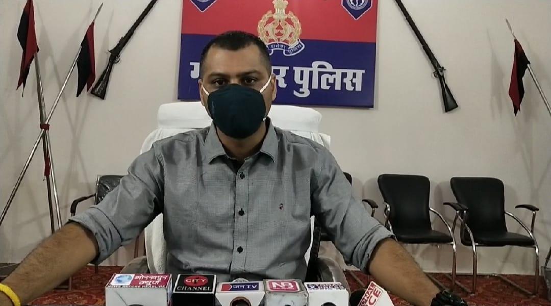 गोरखपुर में पूर्व प्रधान के घर हुआ था हमला, इंस्पेक्टर व सीओ पर गिरी लापरवाही की गाज, घटना के बाद ही सस्पेंड हो गए थे इंस्पेक्टर|गोरखपुर,Gorakhpur - Dainik Bhaskar