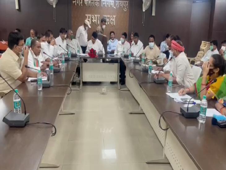 तस्वीर रायपुर के नगर निगम दफ्तर में हुई MIC बैठक की है। - Dainik Bhaskar