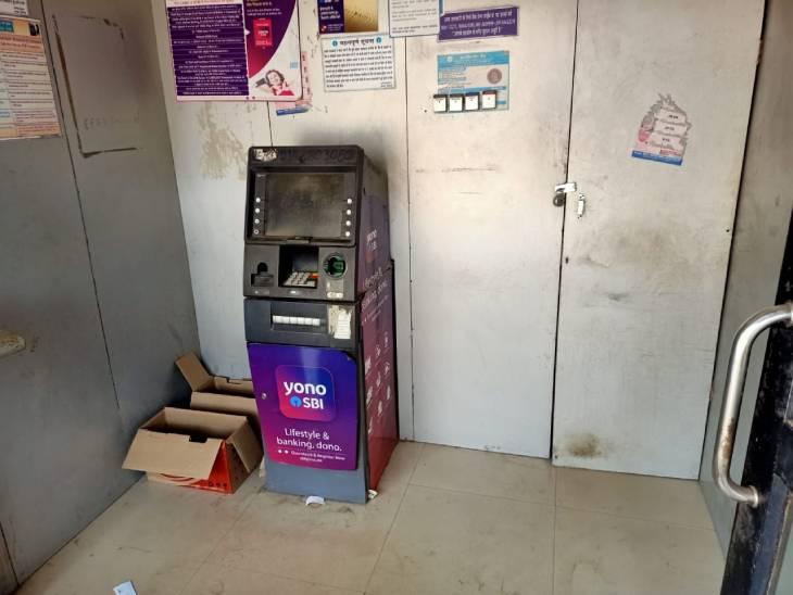 गुलौआ चौक स्थित इस ATM में चोरी के दौरान पकड़ा गया था विजय यादव।