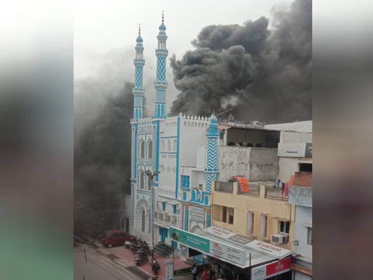 लखनऊ के निशातगंज में तीन मंजिला बिल्डिंग में लगी आग, लपटों के बीच फंसे परिवार को जवानों ने बाहर निकाला लखनऊ,Lucknow - Dainik Bhaskar