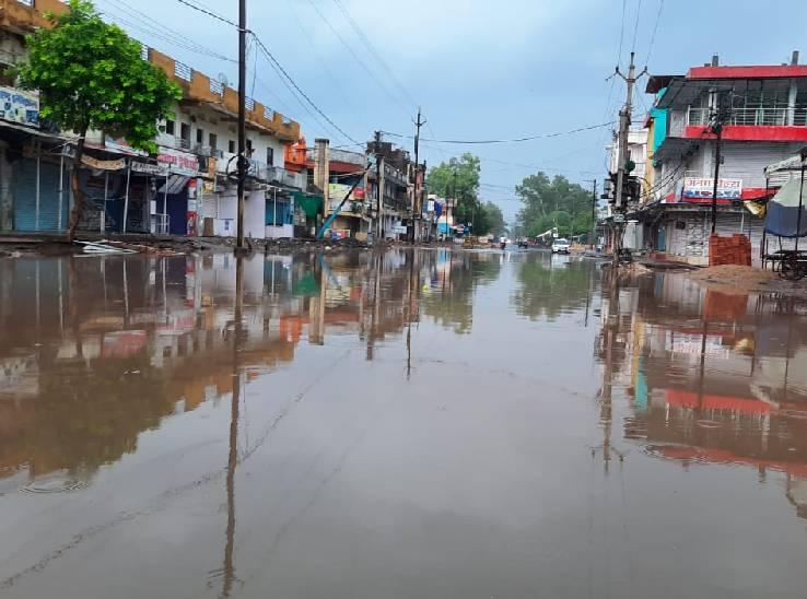 रायसेन में बारिश के बाद बाजार में भरा पानी।