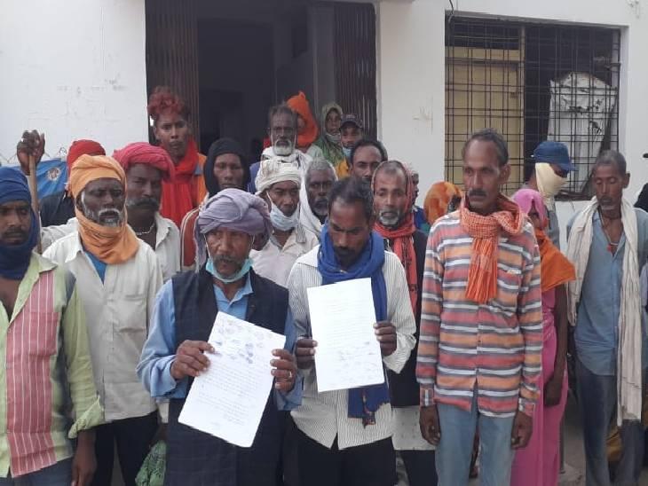 गरीबों के लिए आवंटित जमीन को कब्जा करने से रोका, गुस्साए एक सैकड़ा ग्रामीण पहुंचे घेराव करने, SDM के आश्वासन पर लौटे रीवा,Rewa - Dainik Bhaskar