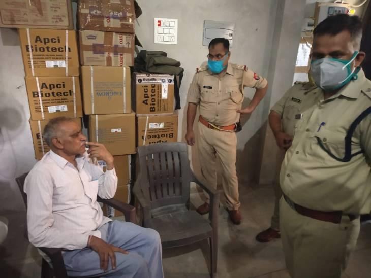 पिता अशोक गुप्ता पेशे से डॉक्टर हैं। उनको आभास भी नहीं था कि बुढ़ापे में इतना बड़ा हादसा भी देखना पड़ सकता है।