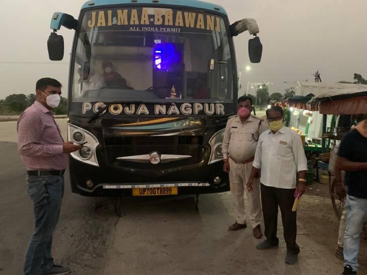 नागपुर जा रही पूजा ट्रैवल्स की बस को पकड़ा परिवहन अमला। - Dainik Bhaskar
