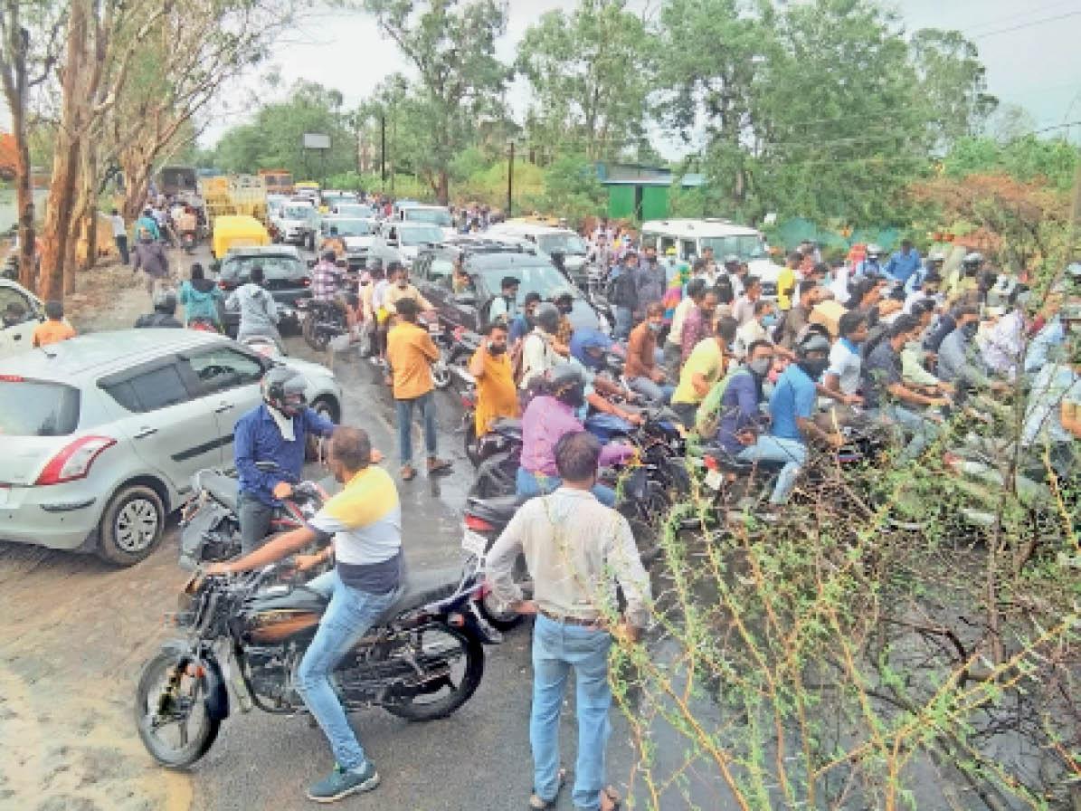 पेड़ गिरने से दो घंटे बाधित रहा महू-इंदौर मार्ग, डेढ़ किमी तक लग गई वाहनों की कतार, दो एंबुलेंस फंसी, कई हिस्सों में बिजली गुल|महू,Mhow - Dainik Bhaskar