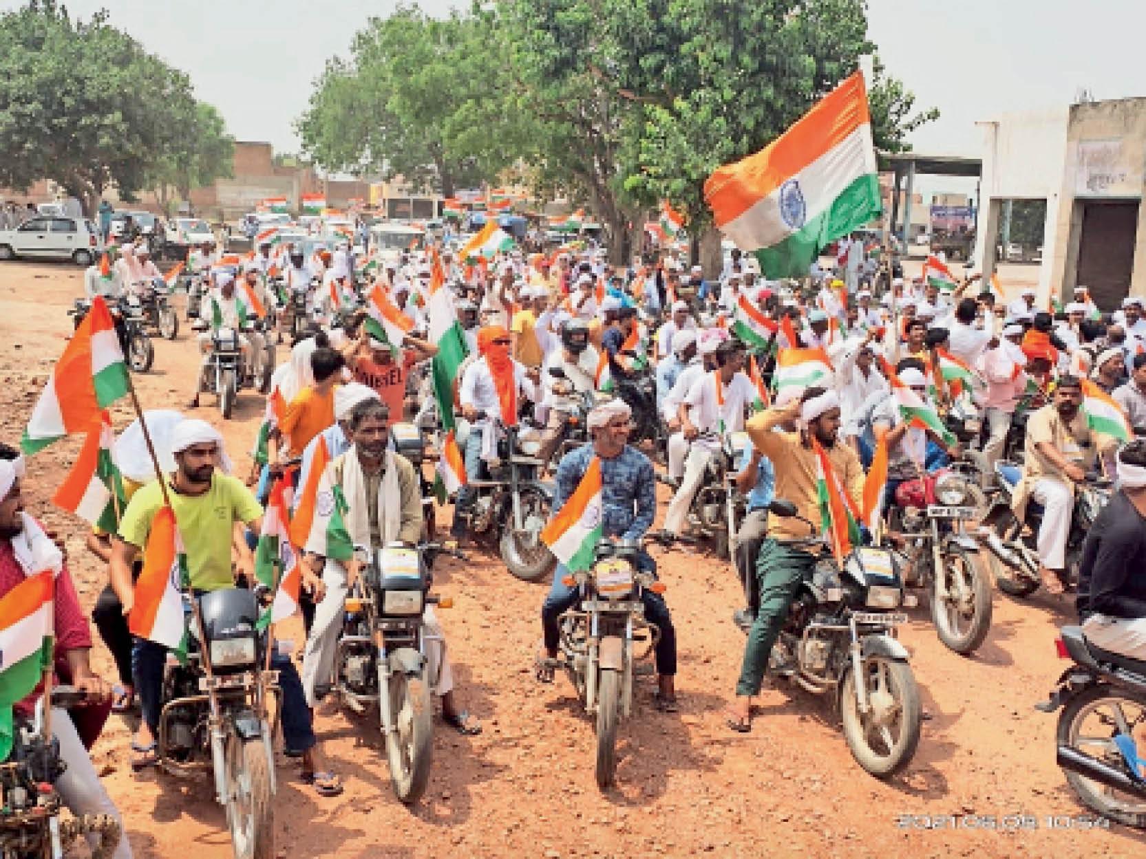 आंदाेलन में बढ़ा रहे भीड़, खरखौदा के कई गांवों से लंबा काफिला बनाकर सिंघू बॉर्डर पहुंचे किसान खरखौदा,Kharkhonda - Dainik Bhaskar