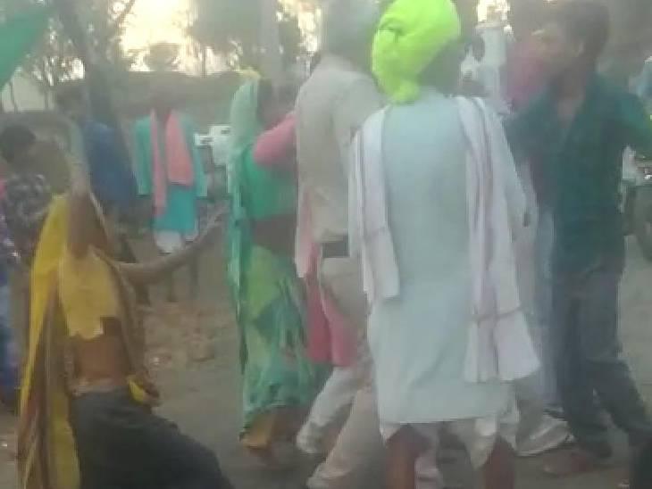 अवैध शराब पकड़ने गए थे दो पुलिसकर्मी, आरोपी और रिश्तेदारों ने घेर कर पीटा|राजगढ़ (भोपाल),Rajgarh (Bhopal) - Dainik Bhaskar