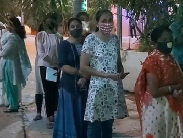 पाटलिपुत्रा स्पोर्ट्स कॉम्प्लेक्स में एक ही काउंटर होने से रजिस्ट्रेशन के लिए लंबी कतार; लोगों ने कहा- काउंटर बढ़ाएं|पटना,Patna - Dainik Bhaskar