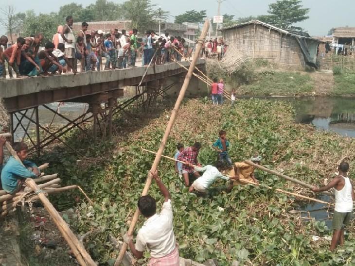 कुशेश्वर स्थान में कमला बलान नदी पुल के अप्रोच रोड का एक हिस्सा नदी में समाया; 80 हजार की आबादी का आवागमन ठप दरभंगा,Darbhanga - Dainik Bhaskar