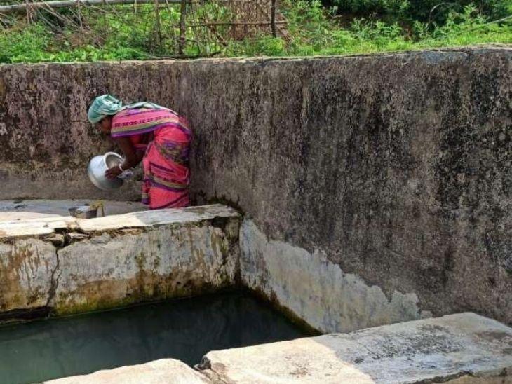 बिरसा मुंडा का वंशज आज भी चुएं का पानी पी रहा है। परपोते की बहू गांगी मुंडा रोज चुआं से पानी घर ले जाती है।