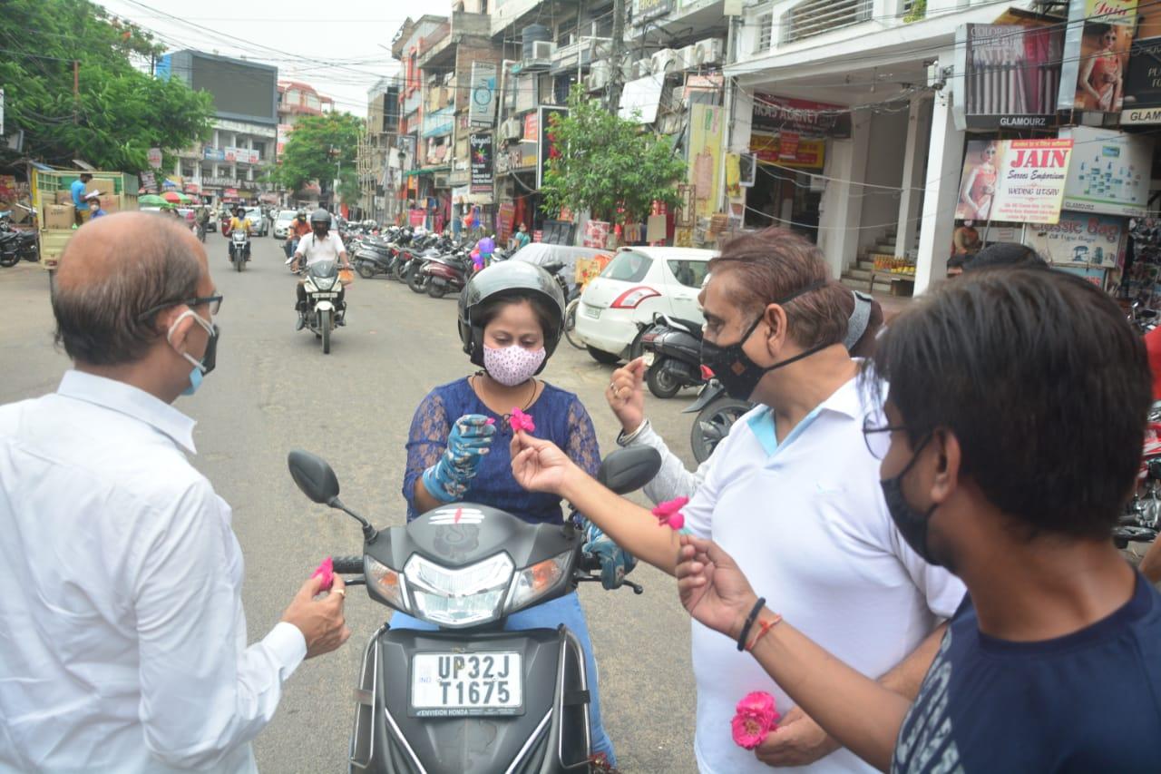लखनऊ में 50 दिन बाद दुकानों के उठे शटर; कारोबारियों ने ग्राहकों को फूल देकर मनाया जश्न|लखनऊ,Lucknow - Dainik Bhaskar