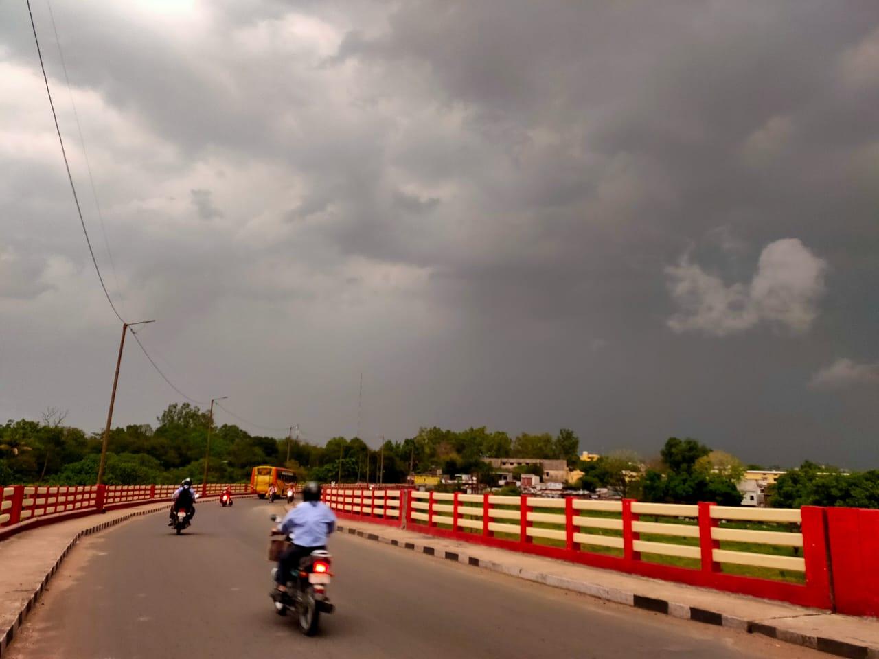 होशंगाबाद में दोपहर बाद आसमान में बादलों ने डेरा डाल दिया।