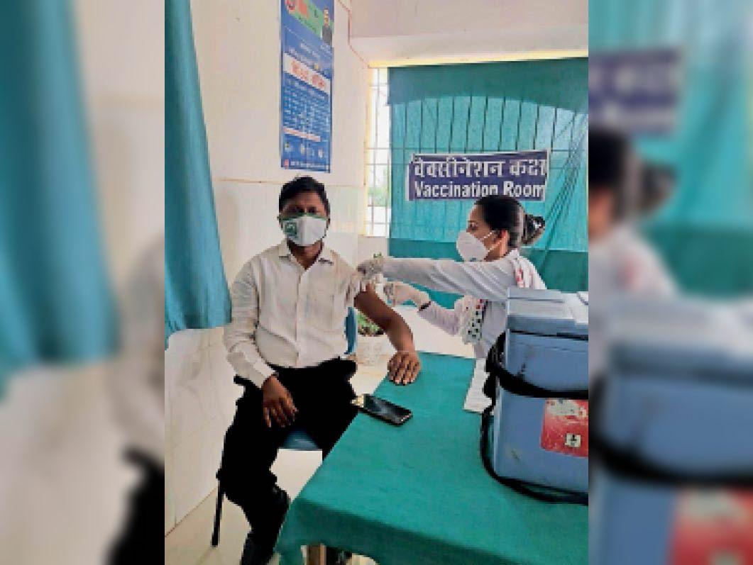 मिलिनियम स्कूल के निदेशक मुमताज राही ने लगवाया कोविड का टीका गढ़वा,Garhwa - Dainik Bhaskar