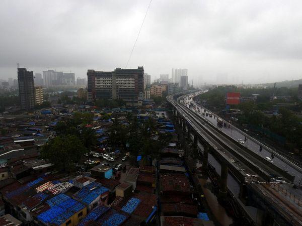मुंबई के कई इलाकों में गुरुवार सुबह से ही बारिश जारी है।