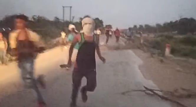 एसडीओ पर हमला करते हुए ग्रामीण। - Dainik Bhaskar