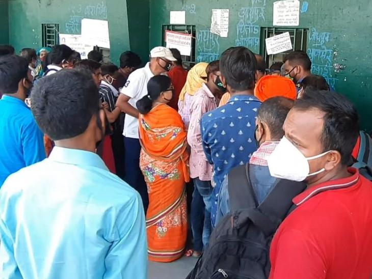 एक माह बाद चली रोडवेज बसें, टिकट विंडों पर लगी कतार, दोपहर तक 13 हजार से ज्यादा टिकट बुक हुए|कोटा,Kota - Dainik Bhaskar