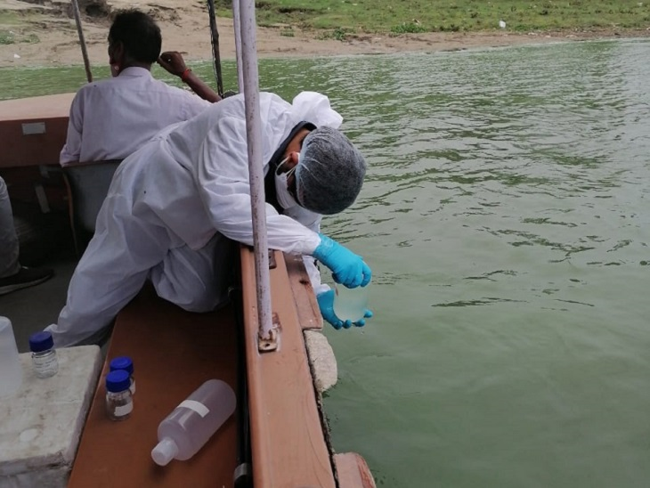 बक्सर के चौसा घाट से लिया जा रहा गंगा के पानी का सैंपल।
