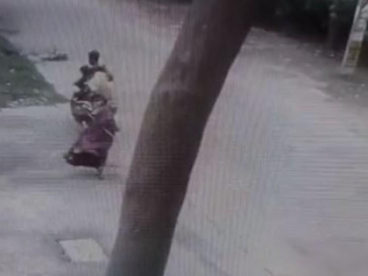 पूजा करने जा रही थी महिला, पीछे से आए बाइक सवार अपराधियों ने गले से झपटी चेन और हो गए फरार, CCTV में कैद हुई वारदात|बिहार,Bihar - Dainik Bhaskar