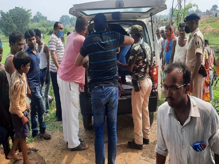 दोनों शवों को पोस्टमार्टम के लिए अस्पताल ले जाती पुलिस। - Dainik Bhaskar