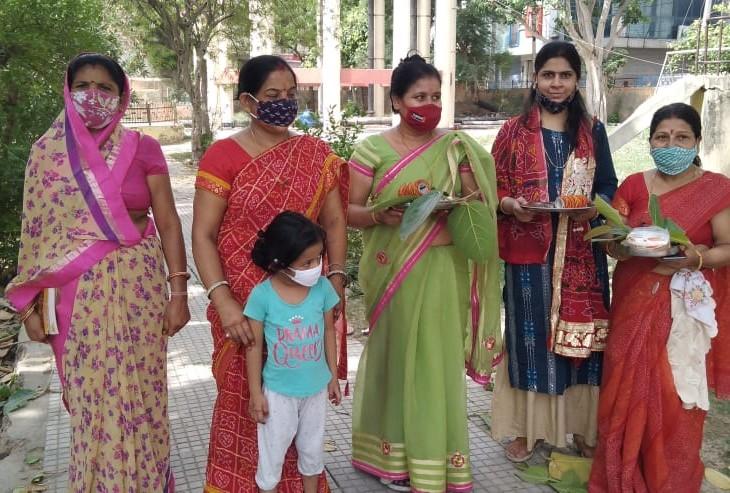 अलवर शहर में मास्क लगाकर महिलाएं बड़ पूजा करने निकली घराें से बाहर, काेराेना संक्रमणा का डर अब भी अलवर,Alwar - Dainik Bhaskar