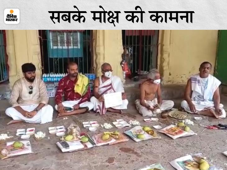 गया की फल्गु नदी के तट पर स्थित देवघाट पर हुआ सामूहिक श्राद्ध- पिंडदान का कर्मकांड|गया,Gaya - Dainik Bhaskar