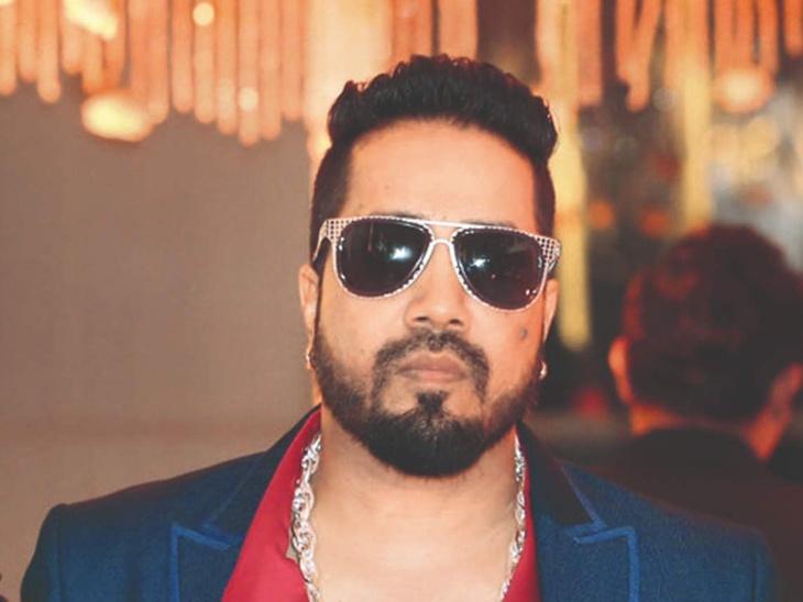 राखी सावंत को जबरदस्ती किस करने से लेकर कॉन्सर्ट में डॉक्टर पर हाथ उठाने तक, विवादों से घिरे रहे हैं सिंगर मीका सिंह बॉलीवुड,Bollywood - Dainik Bhaskar