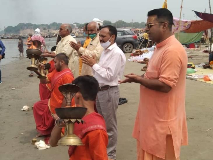 प्रयागराज में कोरोना से जान गंवाने वाले लोगों की आत्मा के लिए संगट पर शांति पाठ, पुरोहितों ने पुर्नजन्म की कामना की|प्रयागराज,Prayagraj - Dainik Bhaskar