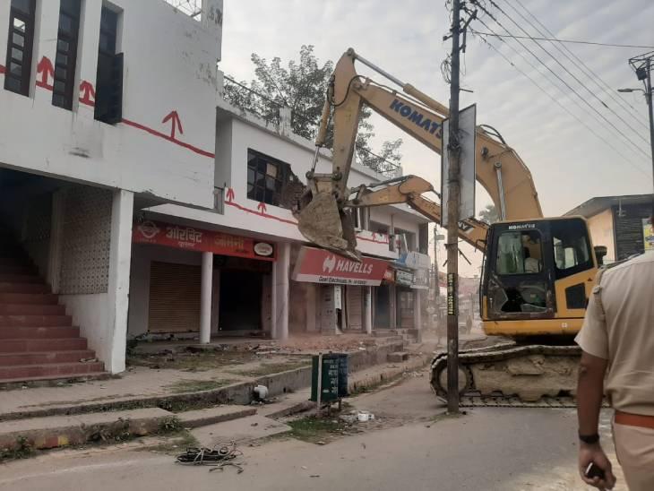 यह तस्वीर गाजीपुर की है जहां मुख्तार अंसारी के अवैध निर्माण पर सरकारी बुल्डोजर चलाया गया।