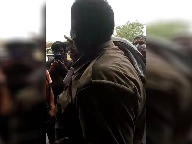 रोजाना की वसूली से तंग ऑटो चालक ने किया पैसे देने से इंकार, होमगार्डों ने की जमकर पिटाई|आगरा,Agra - Dainik Bhaskar