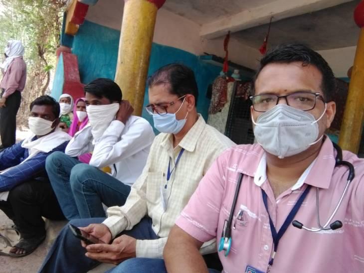 ग्रामीणों को वैक्सीन के डर व भ्रम से निकालने की कोशिश करती टीम।