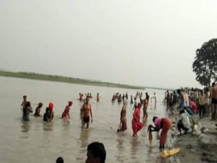 तड़के चार बजे से ही लोगों का गंगा में डुबकी लगाने का सिलसिला शुरू हो गया था - Dainik Bhaskar