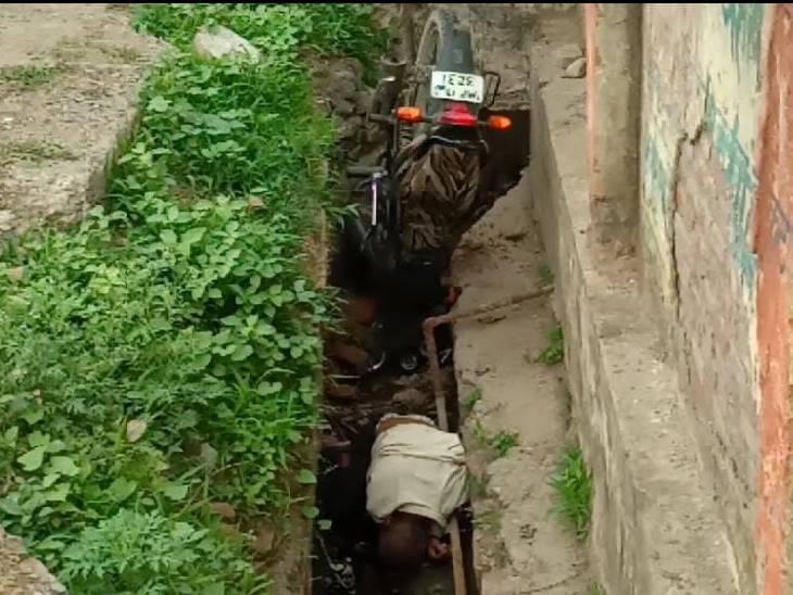 सामने से आ रहे बड़े वाहन की लाइट देखकर चकराया बाइक सवार, औंधे मुंह नाली में गिरने से निकल गए प्राण|रीवा,Rewa - Dainik Bhaskar