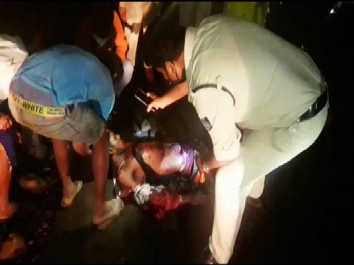 हत्या की खबर पाकर पहुंची पुलिस मोबाइल की रोशनी में कार्रवाई करती हुई।