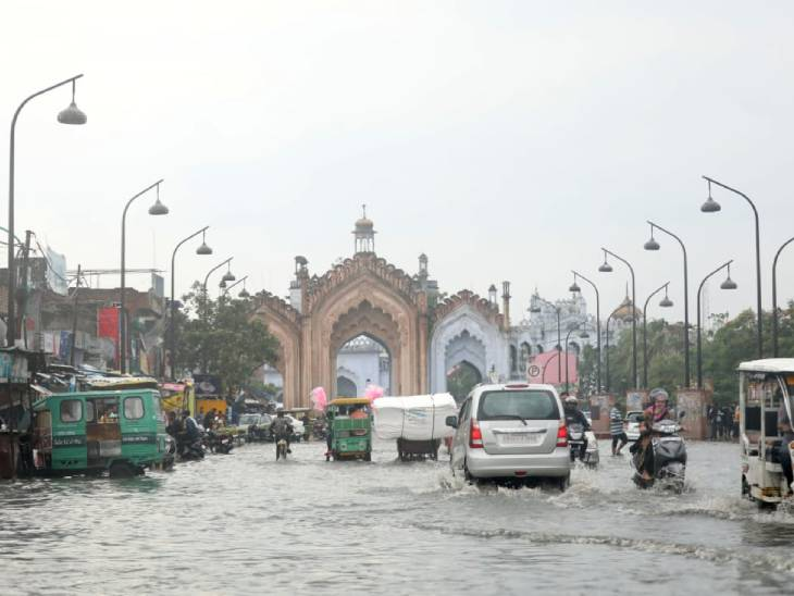 यह फोटो लखनऊ की है। यहां सड़कों पर पानी भर गया। इससे लोगों को निकलने में परेशानी हुई।