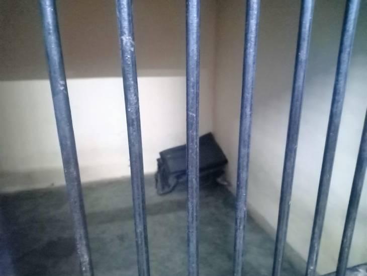 RPF पोस्ट का लॉकअप, जहां आरोपी ने जान दी।