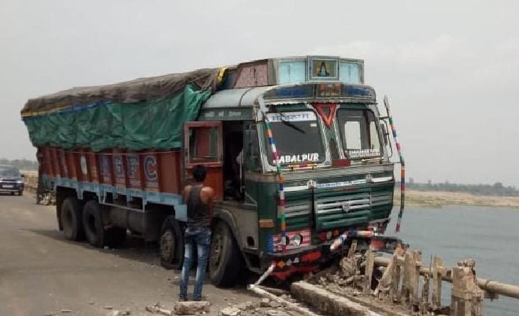 तवा नदी के पुल पर रैलिंग तोड़ते हुए लटका ट्रक। - Dainik Bhaskar