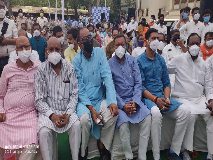 तस्वीर डराने वाली है: सिंधिया समर्थक भाजपा नेता सोशल डिस्टेंस की धज्जियां उड़ाते हुए।