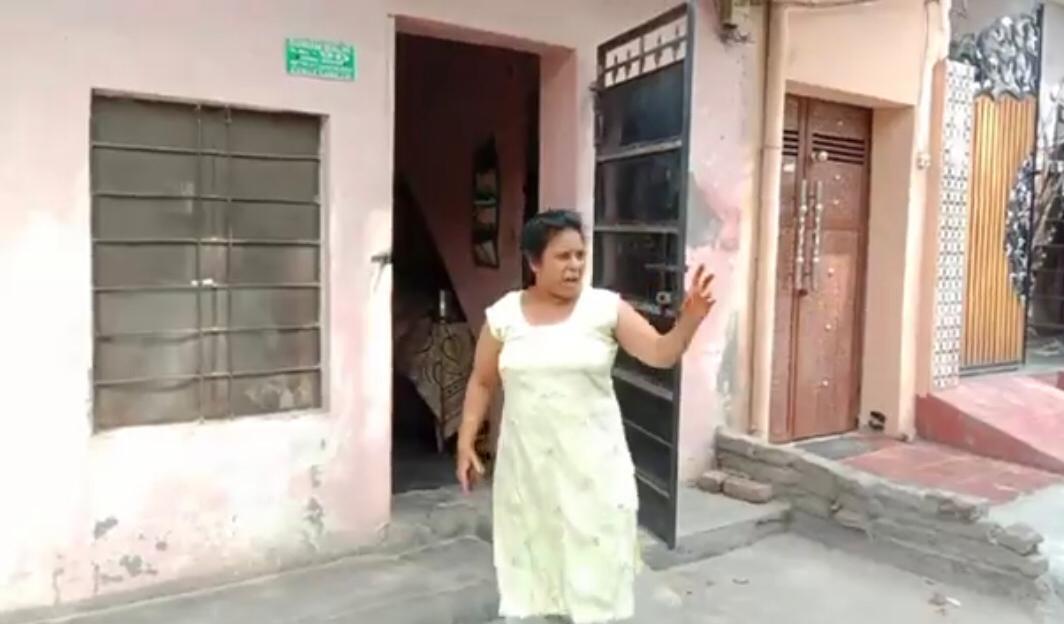 हंगामा करती मिर्ची पाउडर फेंकने की आरोपी महिला। - Dainik Bhaskar
